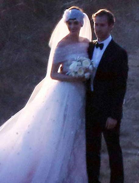 超夢幻海岸夕陽婚禮!安海瑟薇與男友Adam Shulman甜蜜