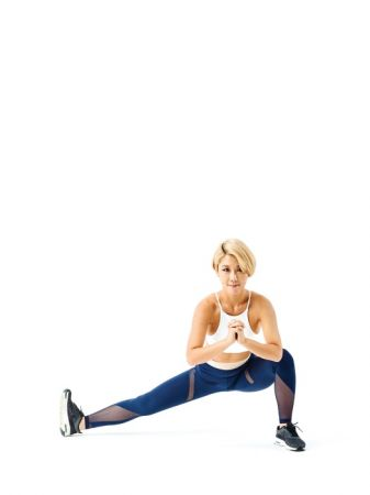 第二招《大腿伸展》瘦大腿肉肉1 在蹲坐的狀態下,左腳往側邊伸直,右腳負責維持平衡,讓身體不會左右擺動,雙手自然在胸前交握,維持這個姿勢20秒。