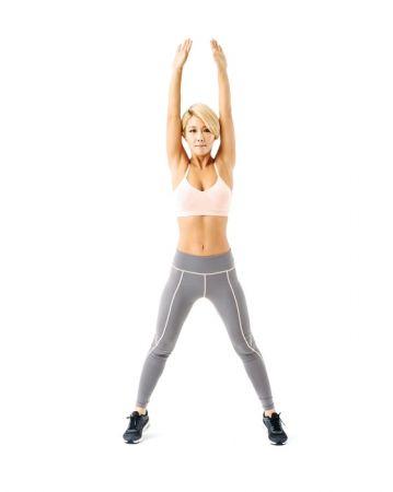 4:再跳一次,雙腳大大張開,雙手高舉過頭。