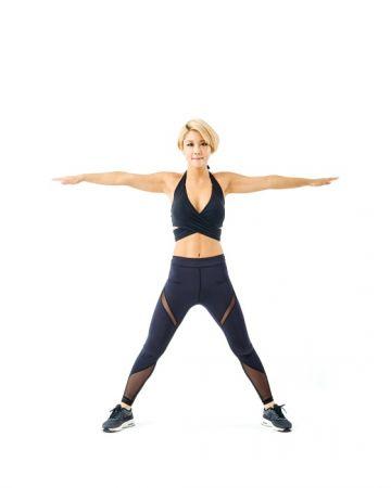 第五招《風車轉體》生理期間瘦身1 身體站直,雙腳張得比肩膀寬,雙手往兩側平舉。