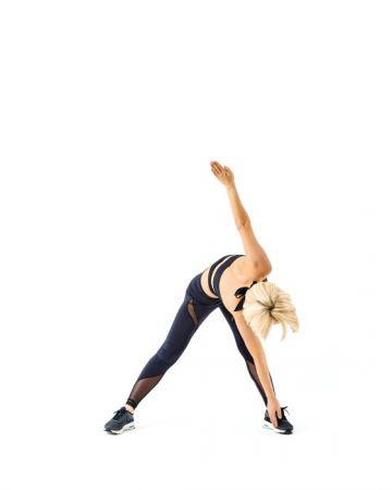 2 上半身往前彎,同時揮動手臂讓右手指尖碰到左腳腳踝。動作要大!動作時雙手要一直維持伸直。