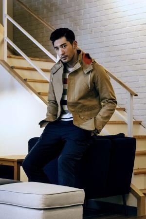 淺駝色Parka外套 Brooks Brothers橫條紋針織衫 Brooks Brothers靛藍長褲 私人提供芥末黃樂福便鞋 Tod's