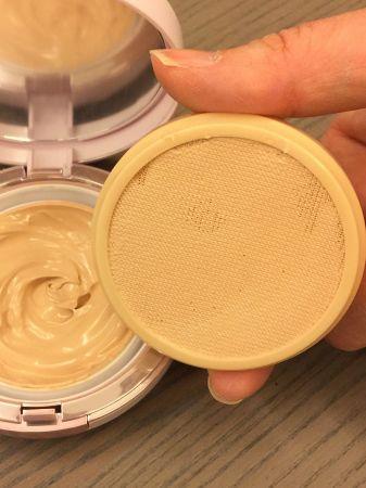 特製的勻粉彈力網,每次按壓,都能沾取到越篩越細的粉體。