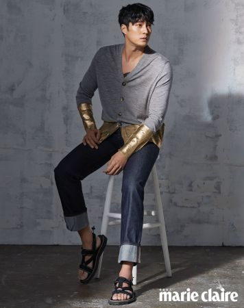 灰色拼接開襟衫、丹寧褲,both by Loewe;黑色涼鞋,Louis Vuitton。