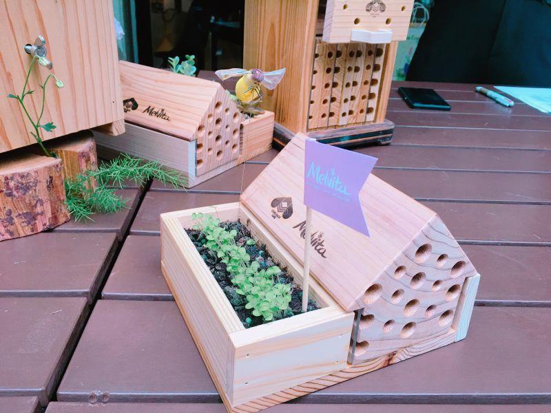 Melvita特別獨家製作的有花器的房型,獨居蜂的前院還有小花圃