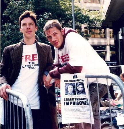 亞歷山大(BC飾演)和史都華(湯姆哈迪飾演)在街頭抗爭現場