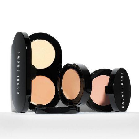 遮瑕霜搭配蜜粉餅二合一設計,可以同時遮瑕與定妝。添加的卵磷、維他命C、E之成分,不但可以撫平眼周的細紋,更可以讓提供肌膚最佳的滋潤、抗氧化功效。