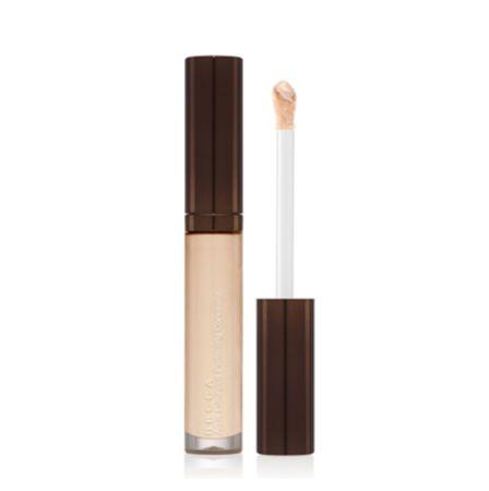 液態的遮瑕質地,有高保濕作用,能自然地與底妝融和,宛如天生擁有好氣色,還可用於鼻樑、眼下處作為提亮修飾,增加輪廓深度。