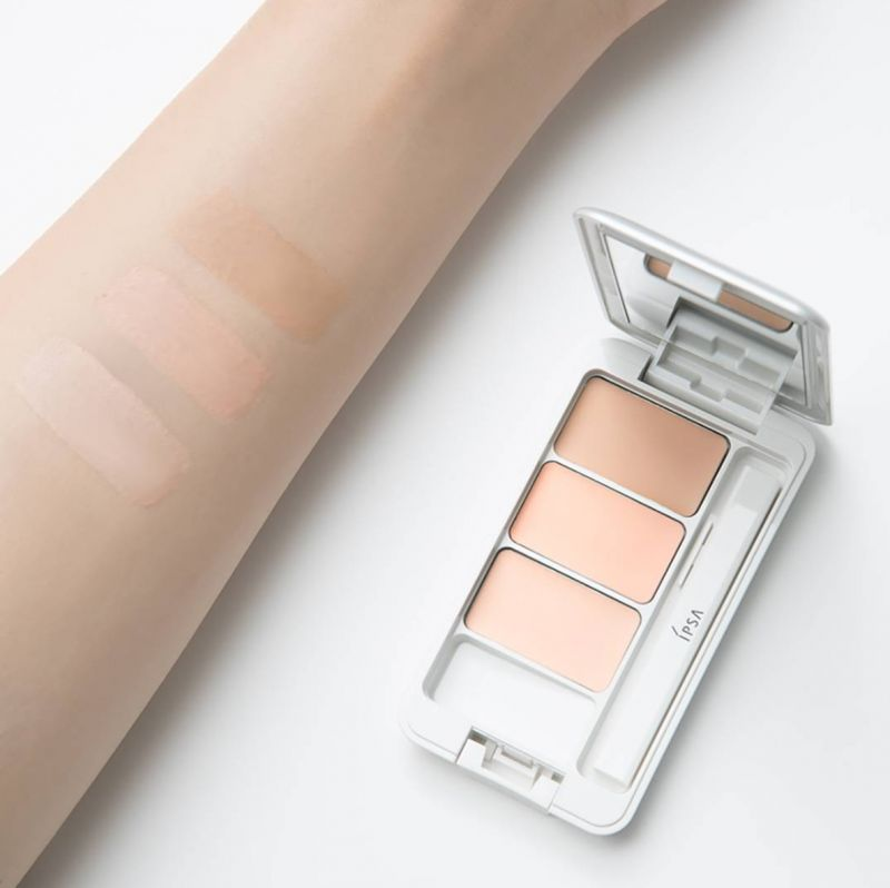 透過三色混和調配修飾膚色不均,獨有的淨透滑順粉末可以在肌膚表面形成彈性網層,隨肌膚紋理、表情變化服貼不脫妝。