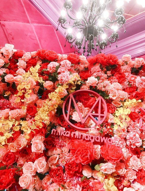 彩色花牆、永生花植栽…蜷川實花打造Mika廳的沉著紫調夢幻婚宴