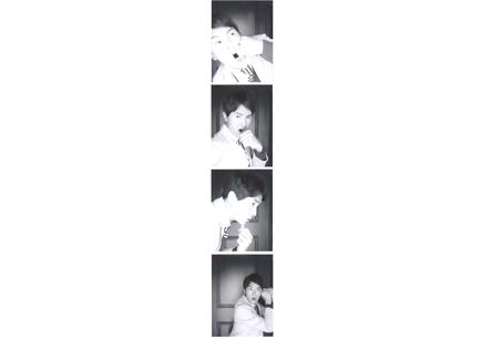小綜利用自己與拳頭的互動,大玩吸睛四連拍。