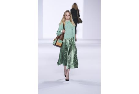 長裙與襯衫的素雅組合搭配尚Gabby多色拼接小牛皮肩背包而更顯出色