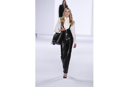 皮革材質的吊帶西庫讓黑色更顯活力,簡單搭配白色襯衫俐落大方