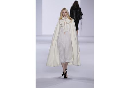 純白的寬大披風與白色連身褲因為異質混搭穿出錯落層次感
