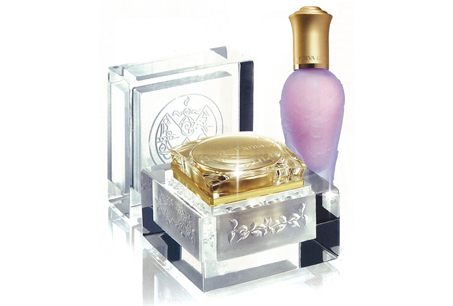 皇家蓮花系列保養品,瓶身設計則以立體浮雕蓮花為主。
