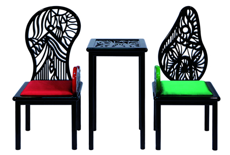 用一筆刻法完成傢具上的藝術雕花,並以古老榫接方式來製作,由於純手工製作,一把椅子往往要耗時三個月以上才得以問世!