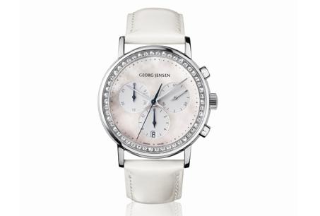 喬治傑生Koppel系列古柏女仕白色珠母貝錶盤鑲嵌總重0.71克拉美鑽計時碼錶,搭配白色小牛皮錶帶,NT$140,000。
