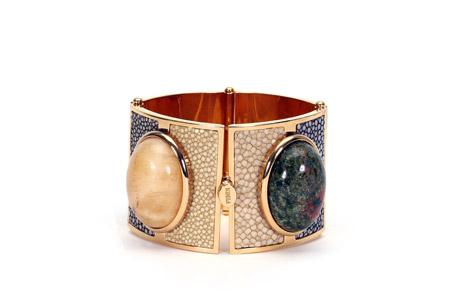 寬版寶石手環,FENDI,NT$39,200。