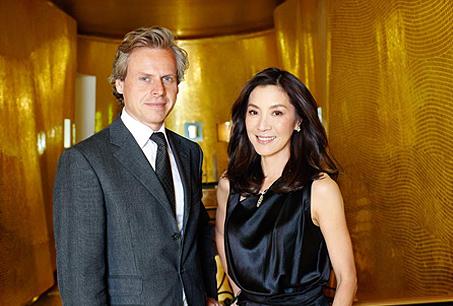 法國嬌蘭CEO洛朗鮑伊特(Laurent Boillot)與首位品牌代言人國際巨星-楊紫瓊(Michelle Yeoh)