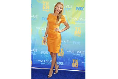 Blake Lively穿著GUCCI 2012早春黃色洋裝。
