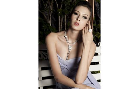 名模展現伯爵Limelight Garden Party系列珠寶之華麗優雅