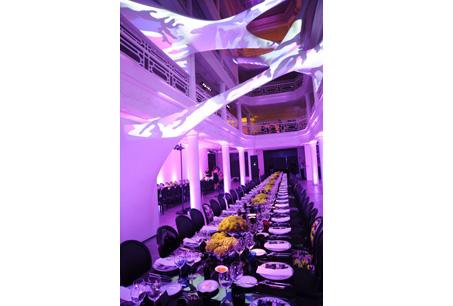 Dior為慶祝ART BASEL美國境內最大當藝術展成立10周年,特地設立臨時專賣店,店內特別的光線和佈置都充滿與Anselm Reyle藝術家合作系列的特色風格。