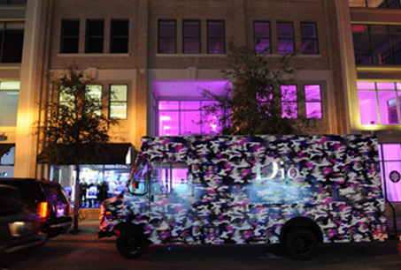 臨時專賣店外還有迷彩造型的Dior造型車。