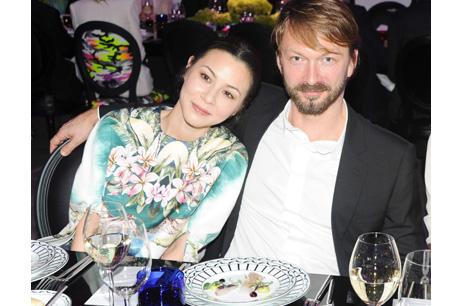 好萊塢華裔演員周佳納(China Chow)與德國藝術家Anselm Reyle合影。