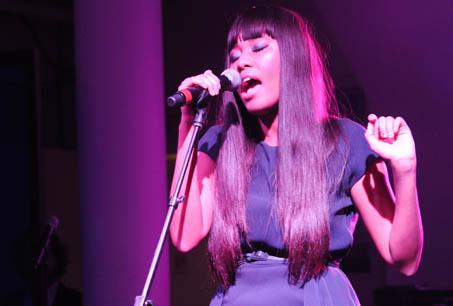 歌手 VV Brown為此盛會演唱。