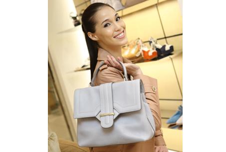 紮起俏麗的馬尾,Akimi手拿TOD'S提肩揹包,NT$50,800。