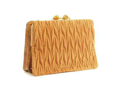 皺褶手拿包,MiuMiu,NT$60,500。