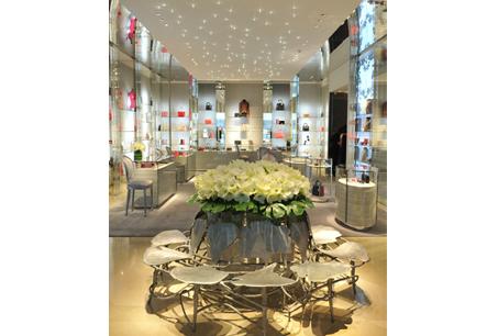 飾品展示,明亮精緻,用鮮豔顏色點綴創造夢幻購物天堂。