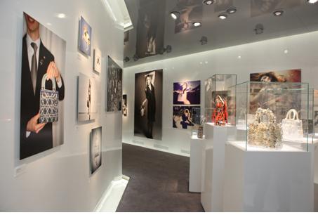 """為了慶祝北京旗艦店的盛大開幕,Dior邀近六十位全球著名的攝影師、視覺藝術家、影像藝術家、電影製作人以""""Lady Dior""""為主題進行自由詮釋,創造出他們眼中獨一無二的""""Lady Dior""""的主題作品。"""