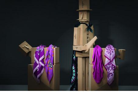 魔術師與各色印花圍巾和絲巾。