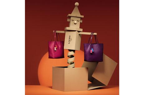 小丑與桃紅和紫色Lia手袋。