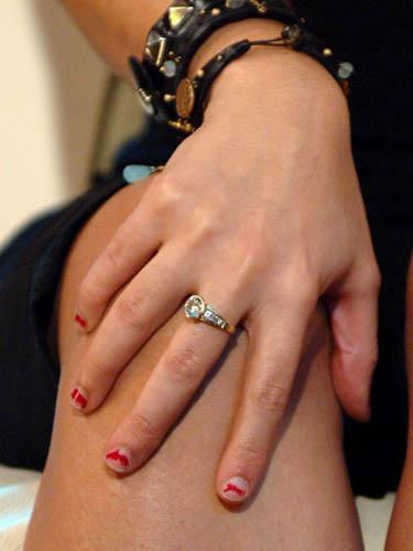 斑駁殘留的指甲油