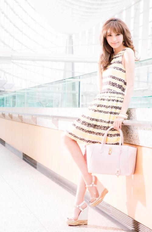 蛯原友里身穿輕盈春裝,提著羽量級鎖頭包--Samantha Thavasa AZAYLE亞瑟包