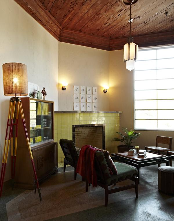 Freehand Miami Hostel波希米亞的嬉皮情調;高質感的深色木頭、酒紅色沙發、舒適藤椅,搭配南美洲風情的繽紛圖騰,度假感滿點