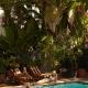 Freehand Miami Hostel 有著棕櫚樹與泳池的美妙寬敞空間,由素有美國設計之神的紐約工作室 Roman and Williams 操刀室內設計,以美國六○年代的「夏令營」為靈感發想,並增添波希米亞的嬉皮情調