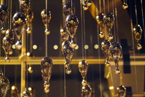 J'adore金色陶瓷香水瓶吊掛在空中閃耀宛如繁星墜地的光彩!