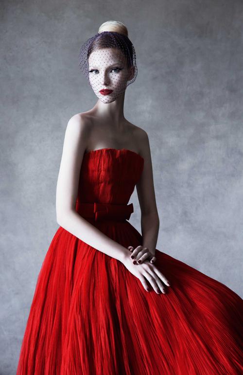 【粉裝紅裏】迪奧創意總監Raf SIMONS所設計的迪奧經典紅色高級訂製服