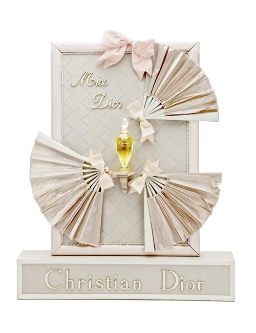 【凡爾賽宮- 特里亞農宮】以芳達姬蝴蝶結為創作靈感所設計的Miss Dior香水陳列座