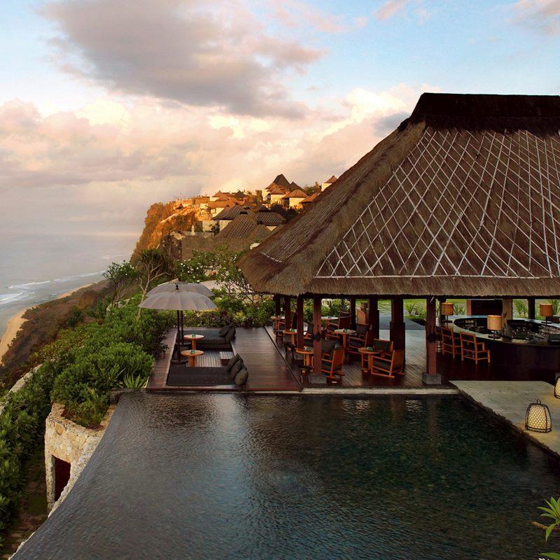 建築物結合令人屏息的自然美景和精緻清雅的當代設計,設計風格融合峇里島傳統藝術和義大利頂級品味,是兩者相遇所激盪出的燦爛火花。