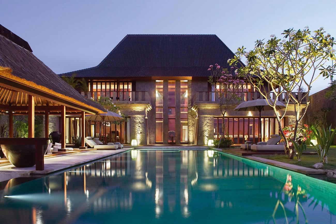 每一間 Villa 都有自己的庭園、泳池、以及佔地 300 平方公尺的露天起居室。