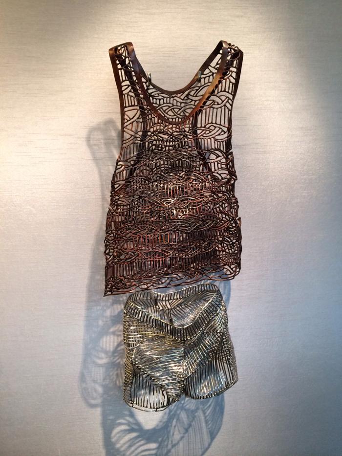 文鳳儀展出一系列不銹鋼和黃銅編織而成的作品,當中亮麗的表象實是火煉和水淨過程的最終呈現物,對文鳳儀來說,過程要比結果更重要;其過程就如藝術家自我修煉、淨化靈魂的儀式。