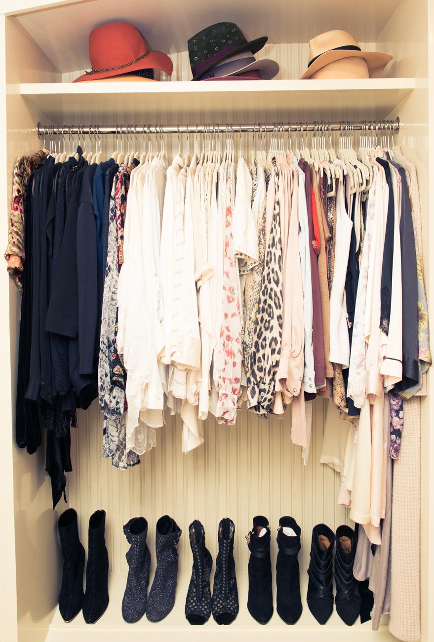 我喜歡用顏色將衣服做分類,不僅整齊好看,再來要找衣服的時候就更方便了,每隔幾個月我會將我的衣服分送給朋友們!
