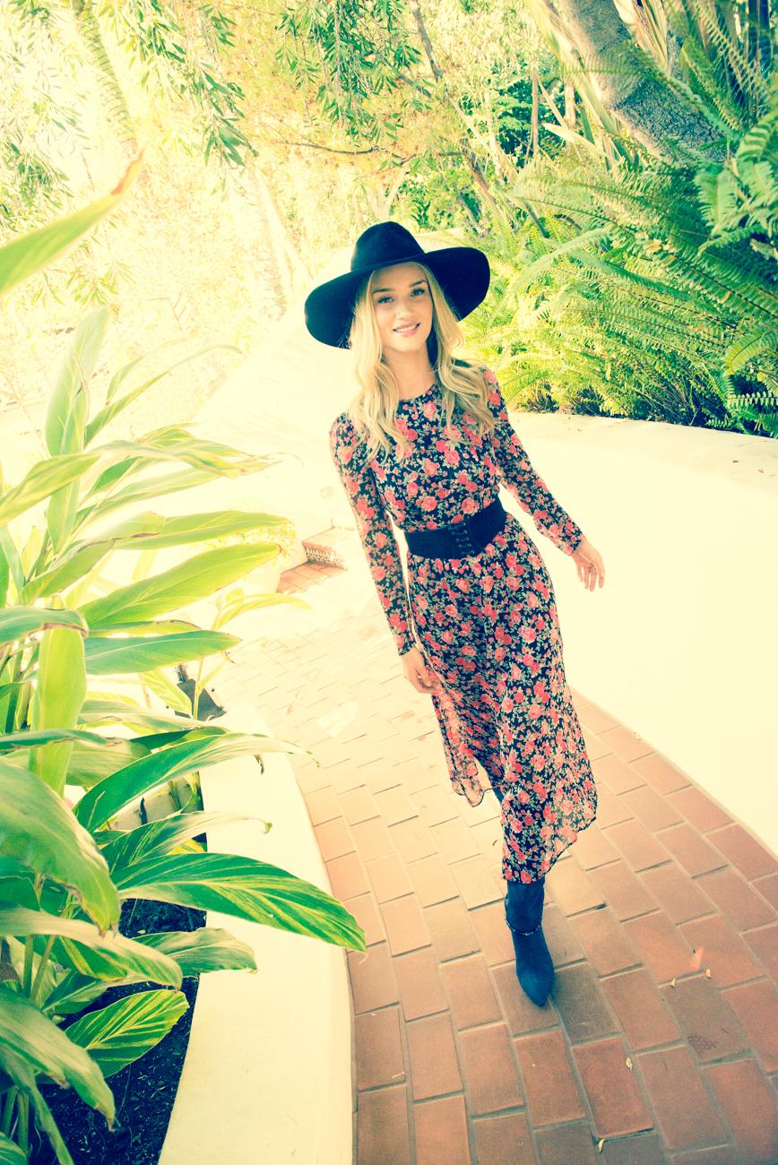 洋裝, The Reformation; 帽飾, Vanessa Bruno