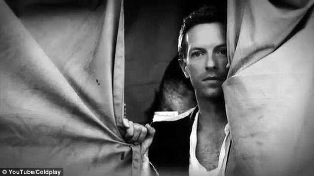 剛離婚的主唱Chris Martin 於MV 中飾演魔術師