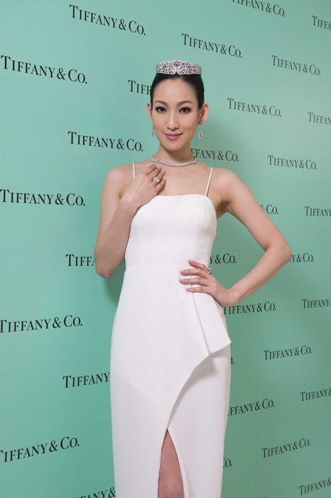 名模李曉涵展演 Tiffany 2014 全新粉色尖晶石鑽石蝴蝶皇冠與白鑽粉鑽系列珠寶。