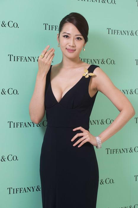 名模張熙恩展演 Tiffany 2014 全新黃鑽系列珠寶與蕾絲設計鑽石手鍊。